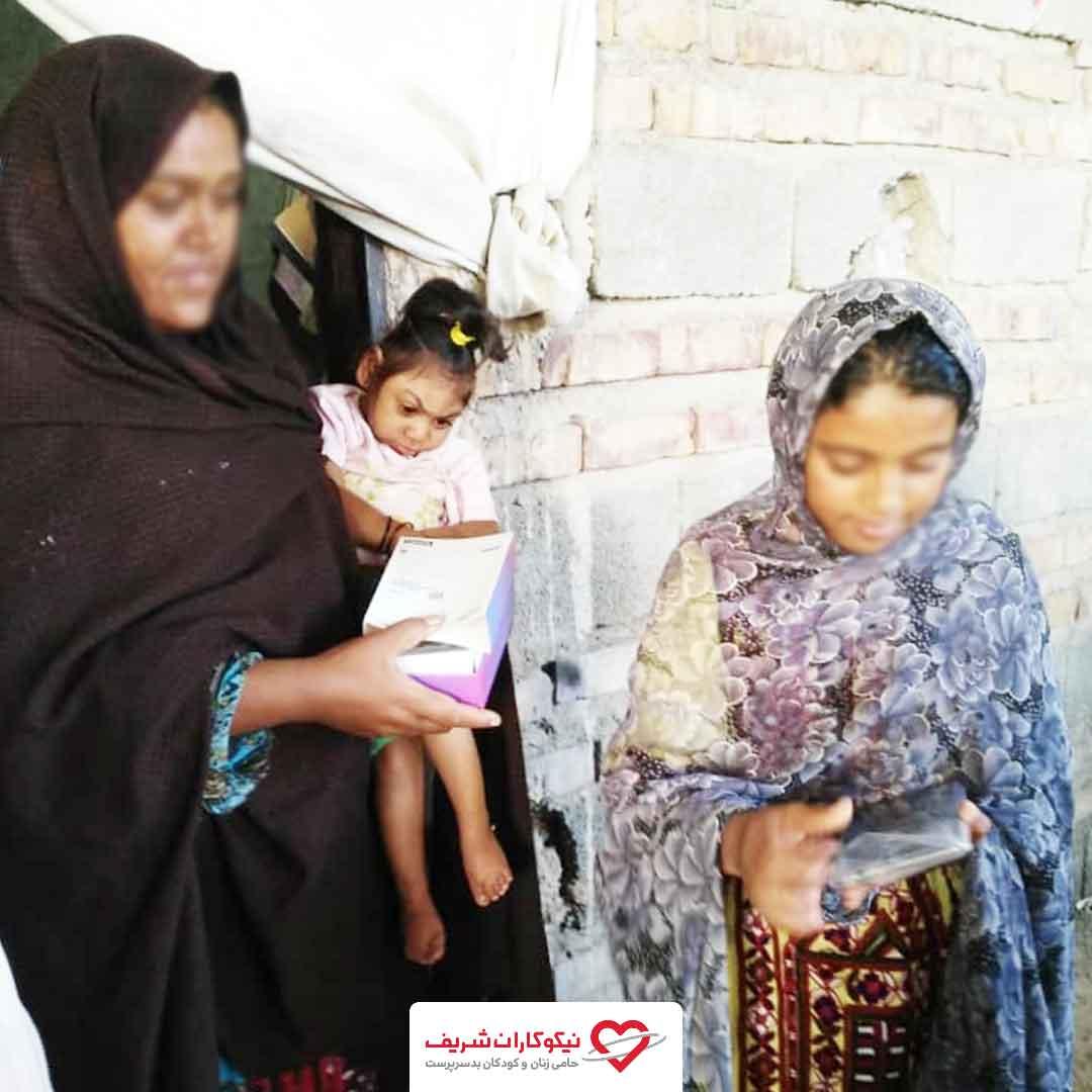 اهدای تبلت میان کودکان سیستان و بلوچستان