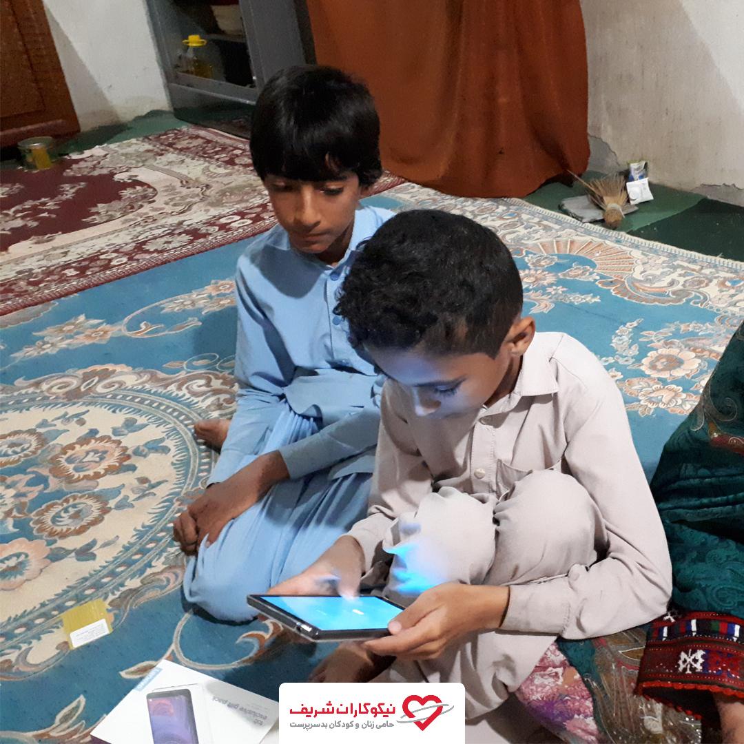 توزیع تبلت میان کودکان نیازمند